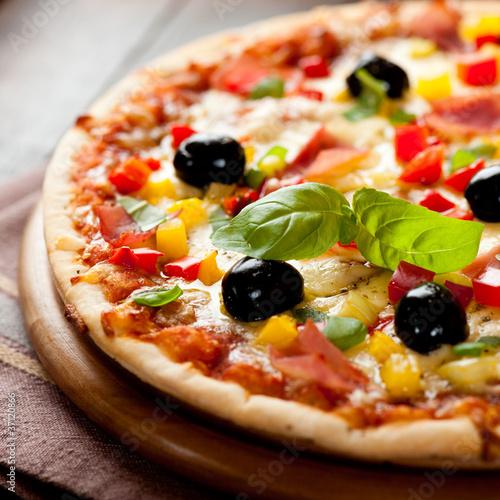 Pizza mit Schinken, Pfeffer und Oliven