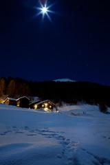 Chalet con luna piena