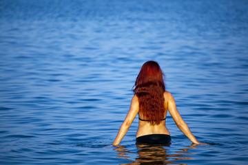 Młoda piękna kobieta w morzu. Greckie wybrzeże - Rhodes.