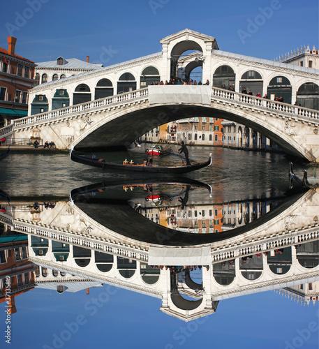 Fotobehang Kanaal Venice, Ponte Rialto bridge with gondola