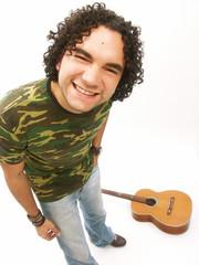 Joven latino guitarra.