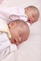 eineiige Zwillinge  - Schwestern beim schlafen