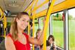 Weiblicher Fahrgast in einem Bus