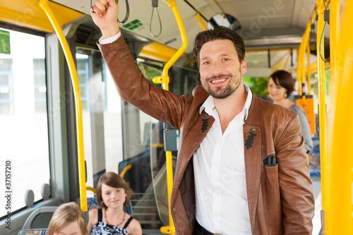 Männlicher Fahrgast in einem Bus