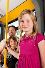 Kind in einem Bus