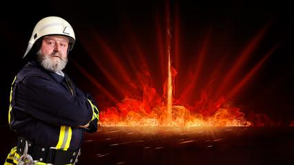 Feuerwehrmann vor Feuerhintergrund