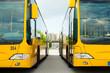 Leinwanddruck Bild - Busse parken nebeneinander auf dem Bushof