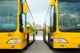 Busse parken nebeneinander auf dem Bushof