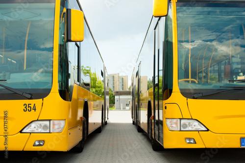 Leinwanddruck Bild Busse parken nebeneinander auf dem Bushof
