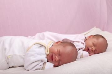 eineiige Zwillinge- Schwestern beim schlafen und träumen