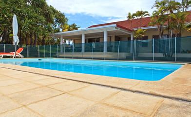 piscine devant la maison