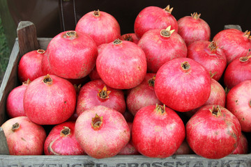 kiste mit granatäpfeln