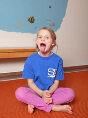 Kleines Mädchen reisst den Mund sehr weit auf