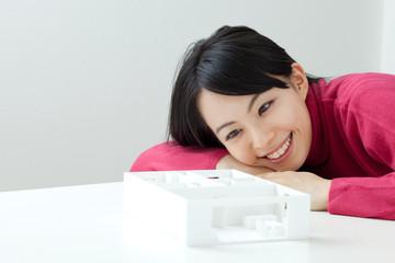 住宅の模型を見る女性