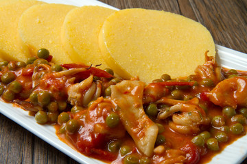 polenta con seppioline e piselli