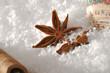 Sternanis und Zimt im Schnee