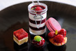 assortiment de desserts rouges et roses 2