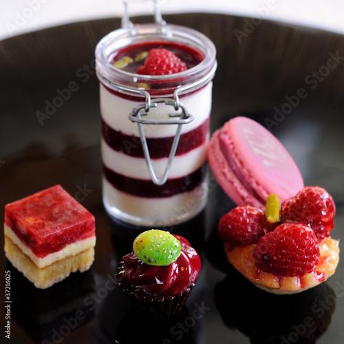 Papiers peints Macarons assortiment de desserts rouges et roses