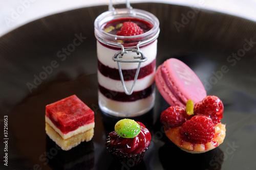 Papiers peints Macarons assortiment de desserts rouges et roses 2