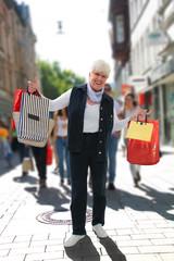 Seniorin beim Shopping in der Stadt