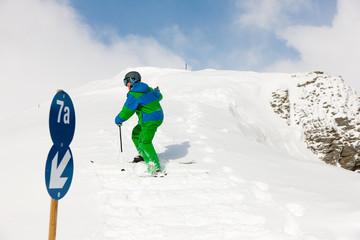 Skifahrer läuft die Piste hoch