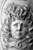 scultura della testa del mostro mitologico Medusa poster