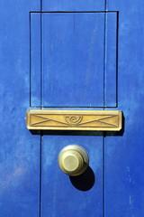 porta blu con buca delle lettere