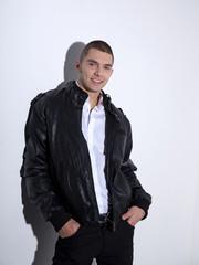 Мужчина в кожаной куртке