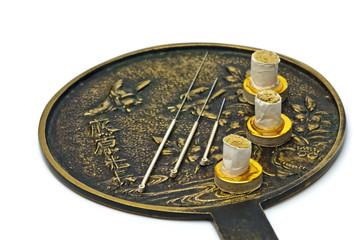Akupunkturnadel und Moxakegel
