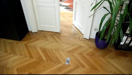 Ein 100-Dollar-Schein verschwindet in einem Bürozimmer