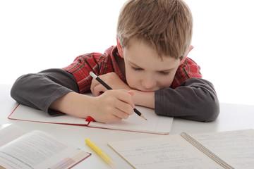 enfant garçon détestant faire ses devoirs