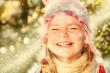 Mädchen mit Pudelmütze lacht grüner Hintergrund