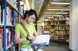 Schülerin, Bibliothek, Buch lesen 1