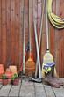 un abri de jardin, rempli de ces outils