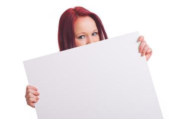 Mädchen schaut über Werbeschild