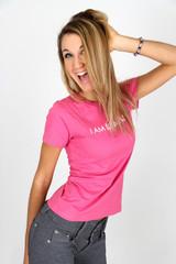 ragazza con maglietta rosa
