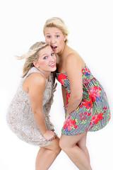 zwei überraschte junge Frauen