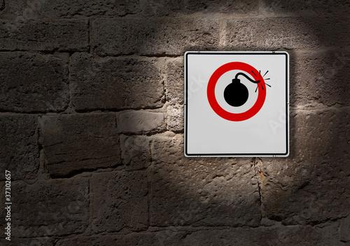 Schild an der Mauer Risiko explosiv