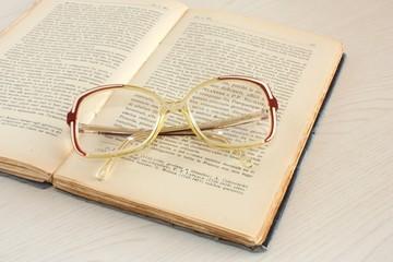 vecchio libro e occhiali della nonna
