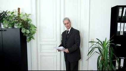Ein Mann im Büro liest