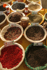 Mercato, cesti di spezie