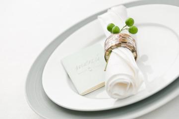Teller mit Serviette und Speisekarte
