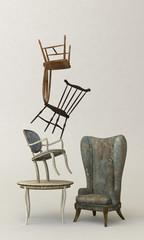 Balanceakt mit verschiedenen Stühlen