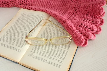 vecchio libro, occhiali e scialle della nonna