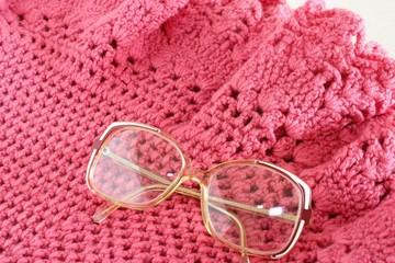 occhiali e scialle della nonna