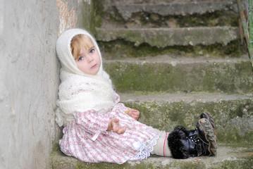 маленькая грустная девочка в белом платке