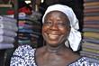 Lachende Frau vor ihrem Marktstand in Afrika - 37342842