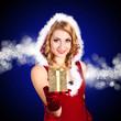 Weihnachtsfrau mit Geschenk vor blauem Hintergrund