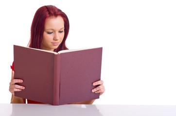 Frau liest im Buch