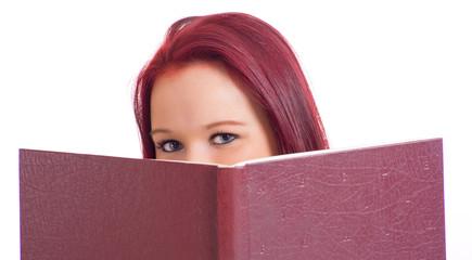 Frau blickt über Buchkante